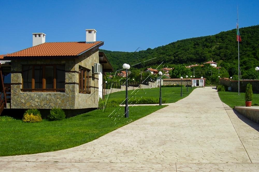 къща с двор в затворен комплекс област бургас