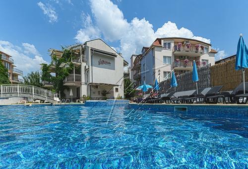 Тристаен апартамент в жилищна сграда в курортният град Свети Влас област Бургас
